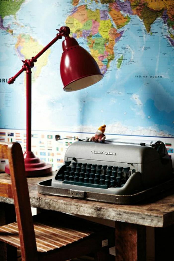 hölzerner-Schreibtisch-rote-Leselampe-Weltkarte-vintage-Schreibmaschine
