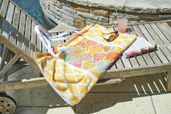 herrliches-Strandtuch-Tasche-gelb-Fische-Dekoration-kreative-Idee-funktionell-Liegestuhl-Holz
