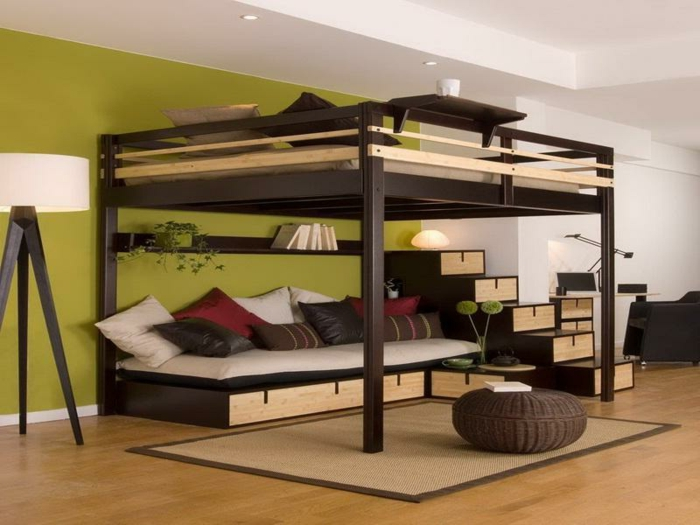 hölzernes modell - hochbett für erwachsene - sofa mit dekokissen ...