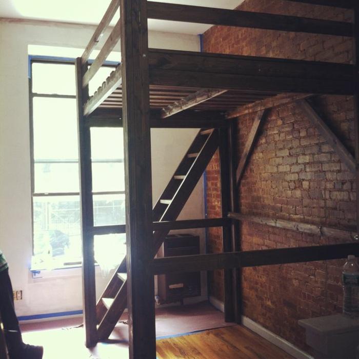hochbett-für-erwachsene-hölzerne-treppe