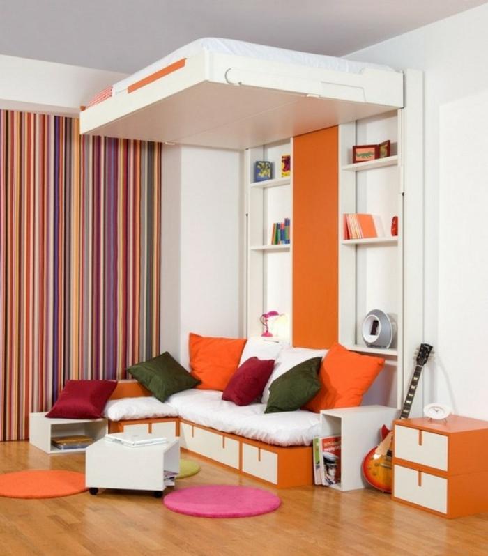 ... frisches zimmer mit einem extravaganten hochbett für erwachsene