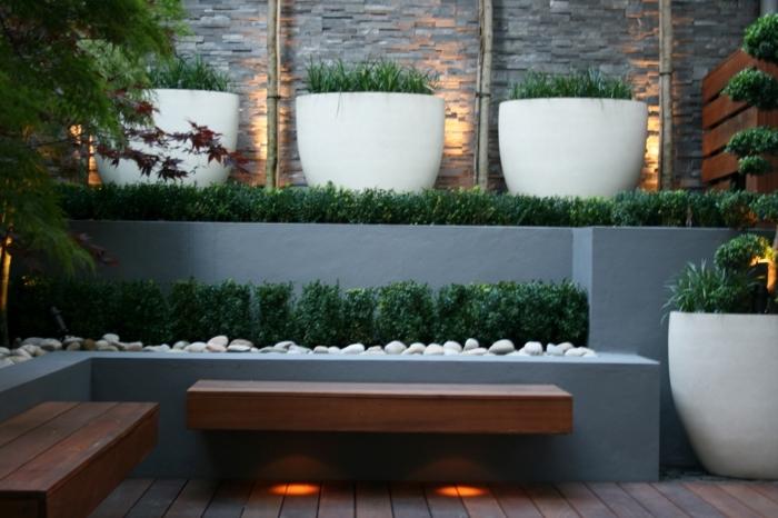 ideen sichtschutz garten große pflanzentöpfe mit pflanzen bänke aus holz holzbänke gartenbänke kleiner außenbereich