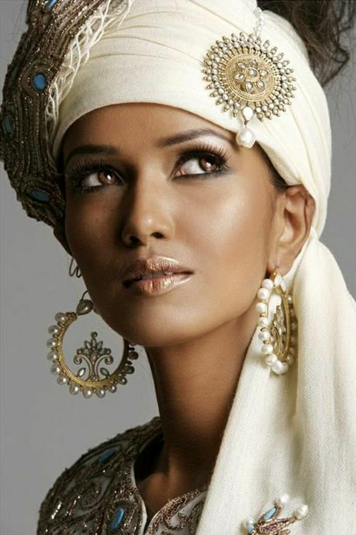 indische-Frau-Schmuck-Accessoires-Perlen-goldene-Elemente
