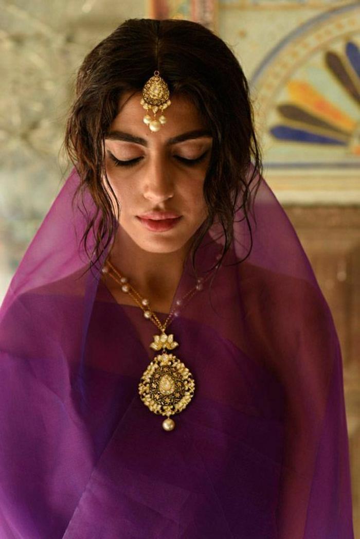 indischer-Perlenschmuck-goldene-Elemente-schöne-Accessoires-lila-Kleidung
