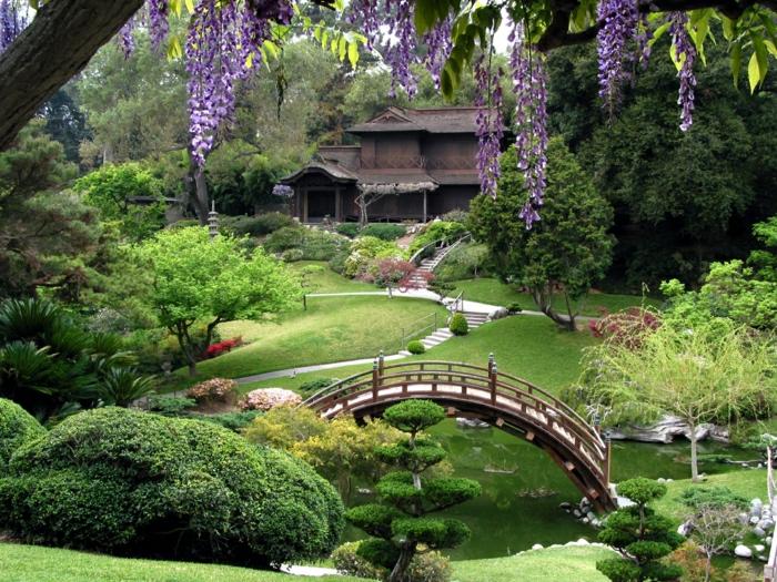 japanischer-Garten-naturale-Schönheit-Brücke-Büsche-Bäume-See-exotisch-asiatisch