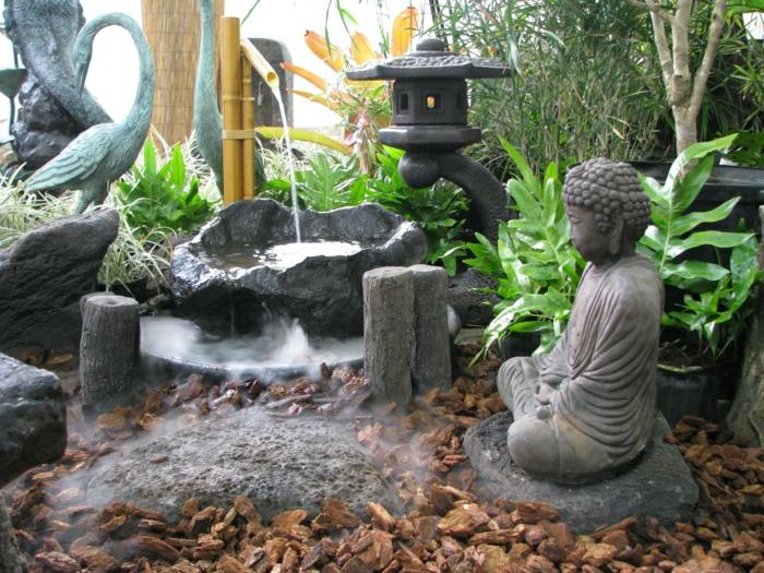 japanischer-zen-garten-Steinfiguren-Bambus-Wasserbrunnen-asiatische-Statue