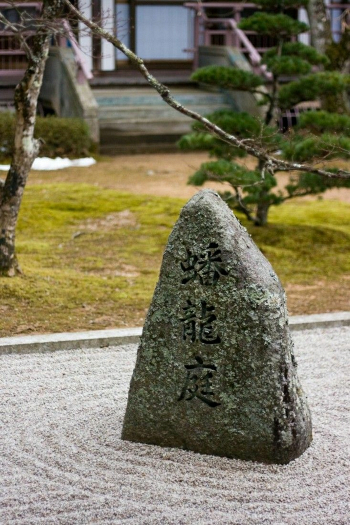 japanischer-Steingarten-Pfad-Bäume