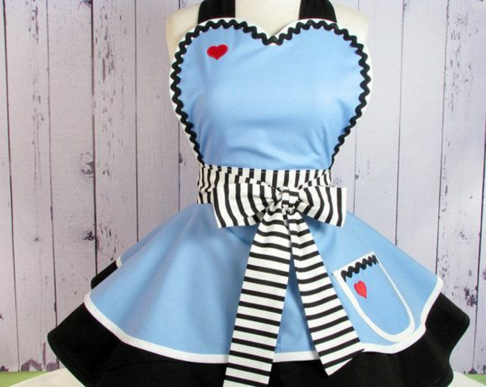 kinderschürze-nähen-blaues-modell-schöne-schleife
