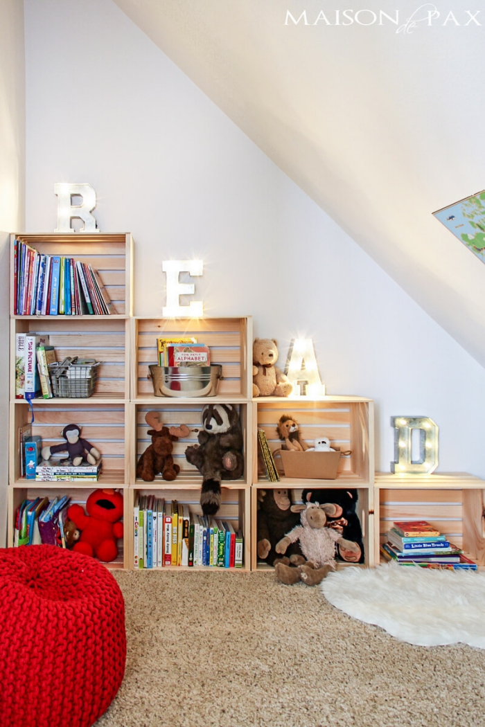kinderzimmer deko, die besten ideen, regale aus kasten, roter hoker, teppichboden