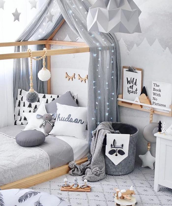 kinderzimmer deko in grau und weiß, kinderbatt häuschen, graue gardinen, babyzimmerdeko