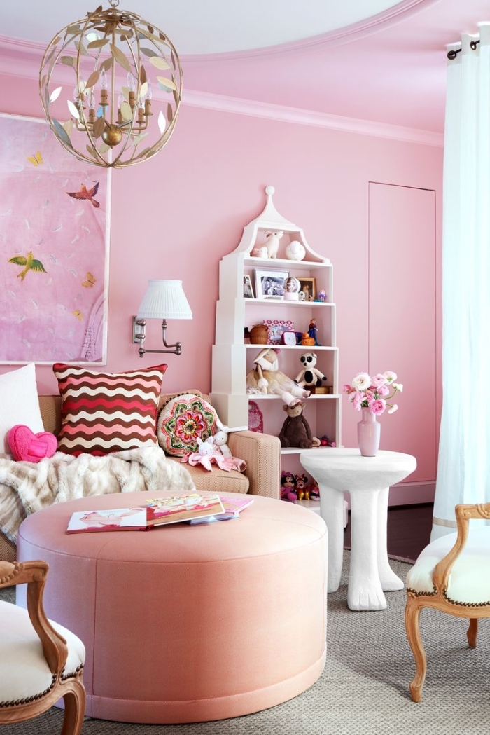kinderzimmer deko in rosa, jugendzimmer für mädchen, mädchenzimmer ideen, rosa hoker, goldener kronleuchter