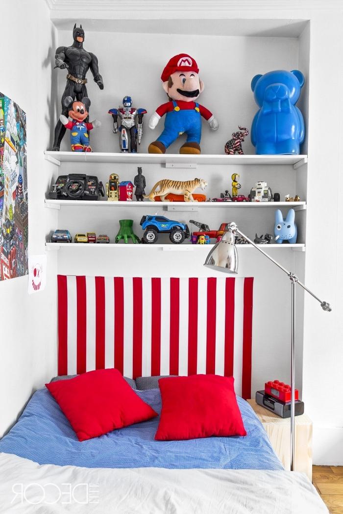 kinderzimmer deko junge, wanddeko poster, regale miz spielzeuge, jungenzimmer gestalteungsideen