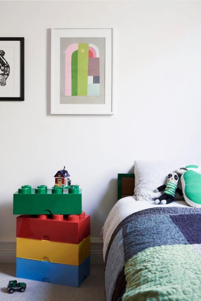 kinderzimmer deko junge, wanddeko bilder, tisch aus legoteilen, jungenzimmer ideen