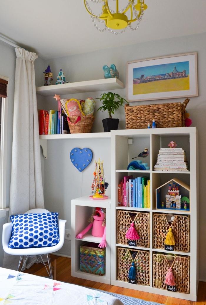 kinderzimmer deko, regale mit körben für spielzeuge, ordnung schaffen, kinderzimmerdeko
