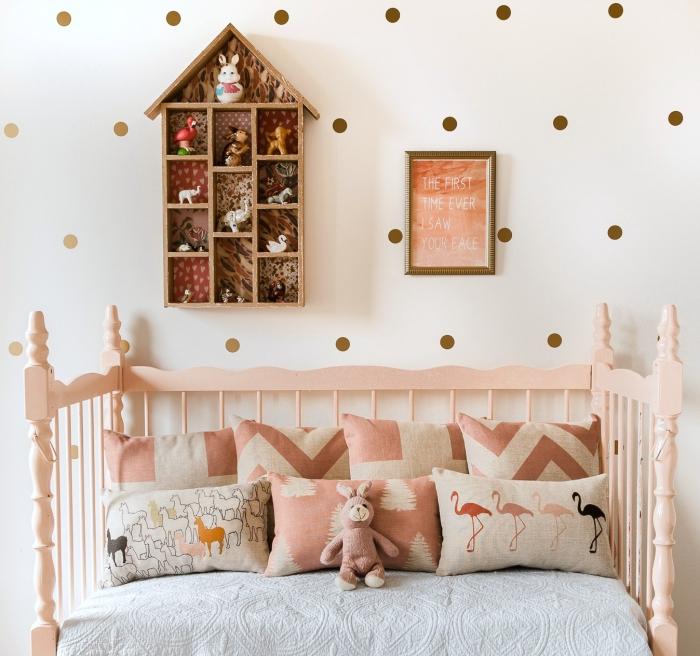 kinderzimmer deko mädchen, wanddeko häuschen, goldene wandsticker, polka dots