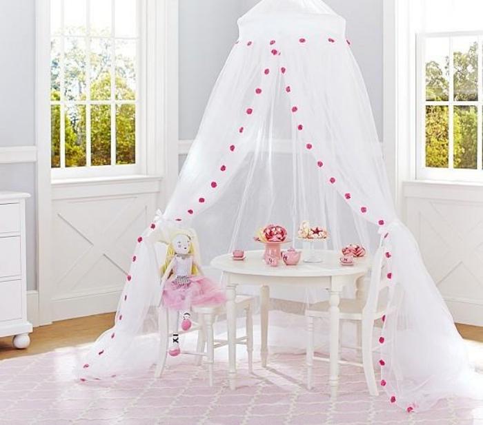 kinderzimmer deko mödchen, spielzimmer einrichten, tisch für tee, weiße gardinen