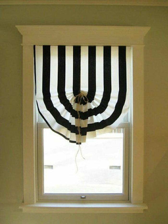 kleines-Fenster-eleganter-Vorhang-schwarz-weiß-Streifen-interessantes-Design