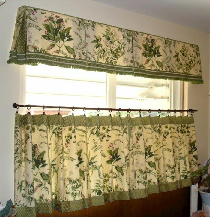 kleines-Fenster-kleine-Gardinen-grün-zwei-Reihen