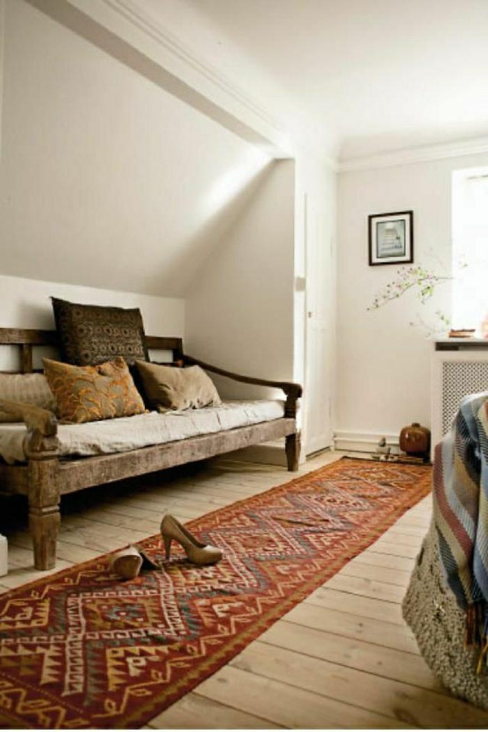 kleines-Zimmer-rustikale-Gestaltung-hölzernes-Sofa-vintage-Teppich