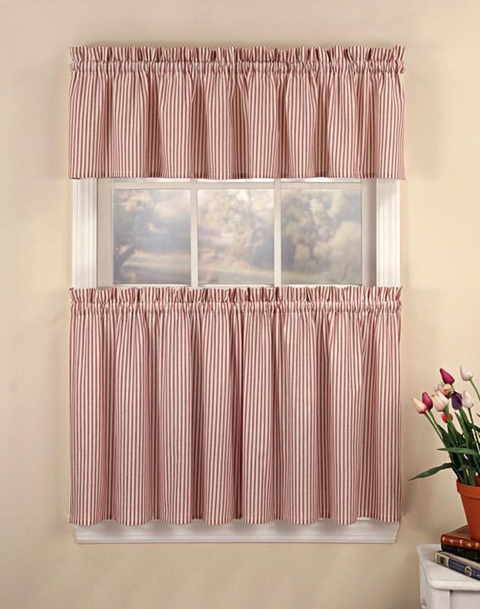 kokette-Gestaltung-rot-weiße-Gardinen-für-kleine-Fenster-Streifen-Landhausstil
