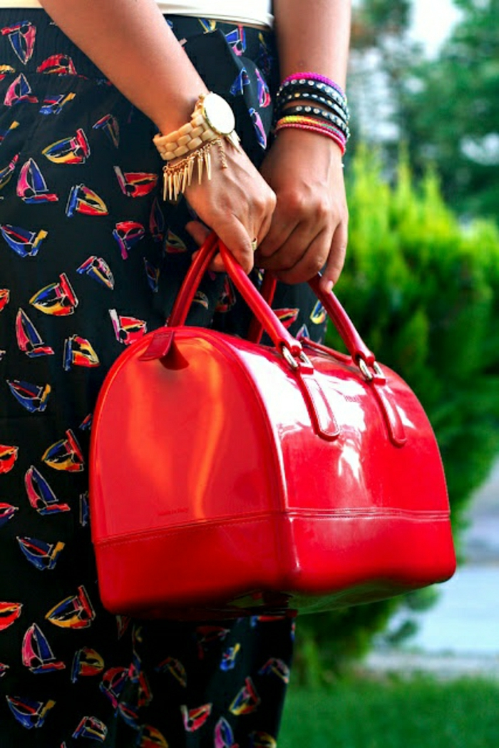 koketter-Outfit-Armbänder-Furla-Tasche-rote-Farbe