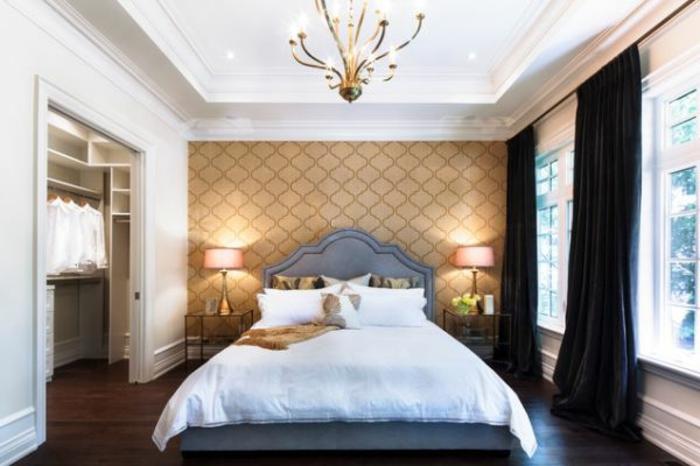 komplettes-Schlafzimmer-große-schwarze-Gardinen
