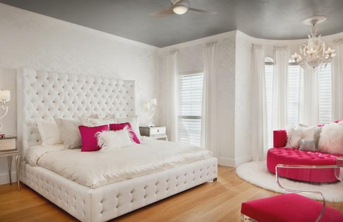 komplettes-Schlafzimmer-großes-Bett-rotes-Sofa