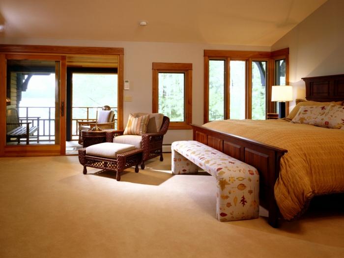 komplettes-Schlafzimmer-viele-Fenster-Terrasse-großes-Bett