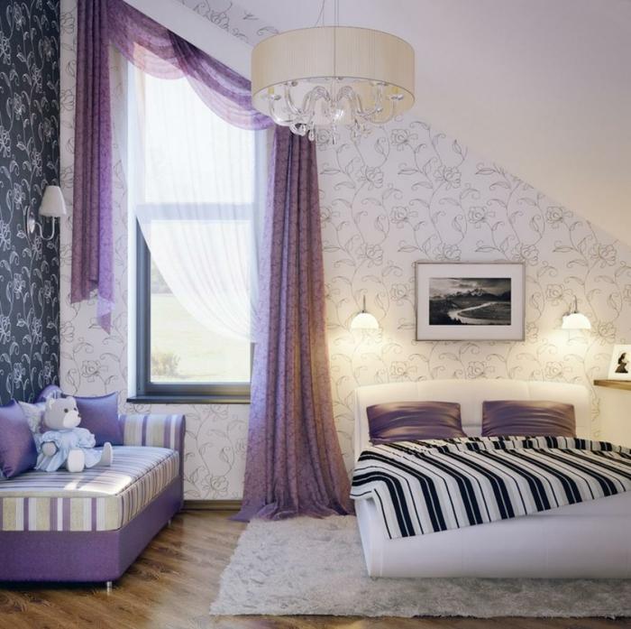 komplettes-Schlafzimmer-weißes-Bett-lila-Gardinen