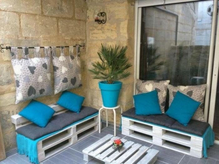 loungemöbel -für-balkon-blumen-kissen