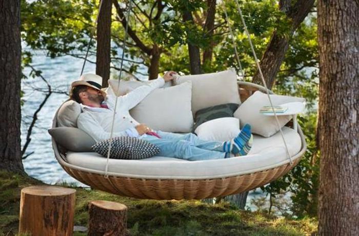 loungemöbel -für-balkon-hängend-viele-kissen
