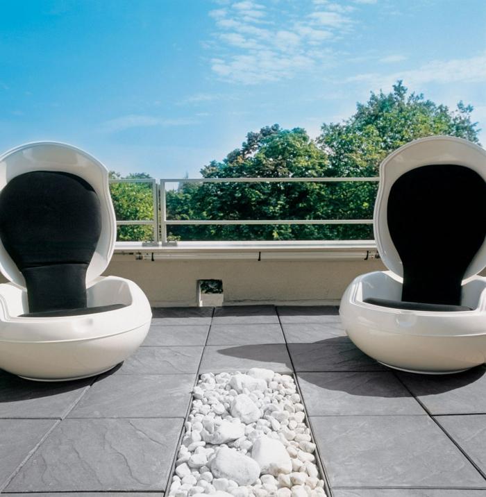 loungemöbel -für-balkon-schwarz-weiß-grau-bodenfliesen