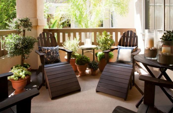 loungemöbel -für-balkon-viele-blumentöpfe