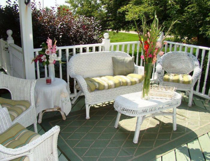 loungemöbel -für-balkon-weiß-blumen