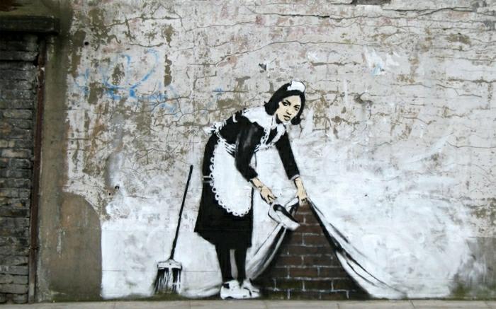 lustige-Graffiti-Bilder-Zimmermädchen-putzen-Bürste-Ziegelwand-Vorhang