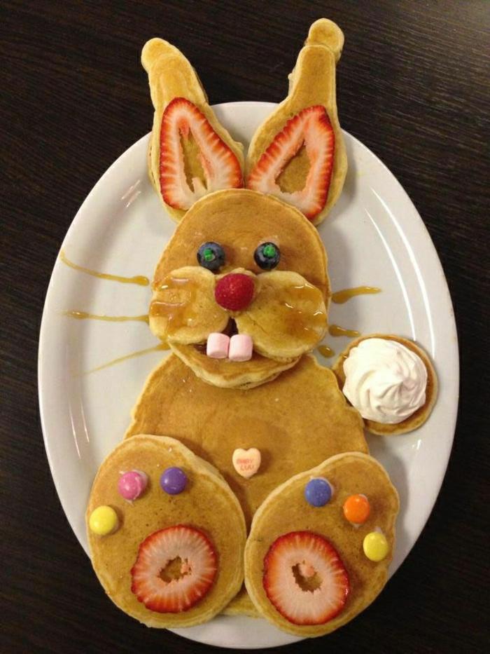 lustiges-Essen-Hase-Pfannkuchen-Erdbeeren-Ohren-Sahne