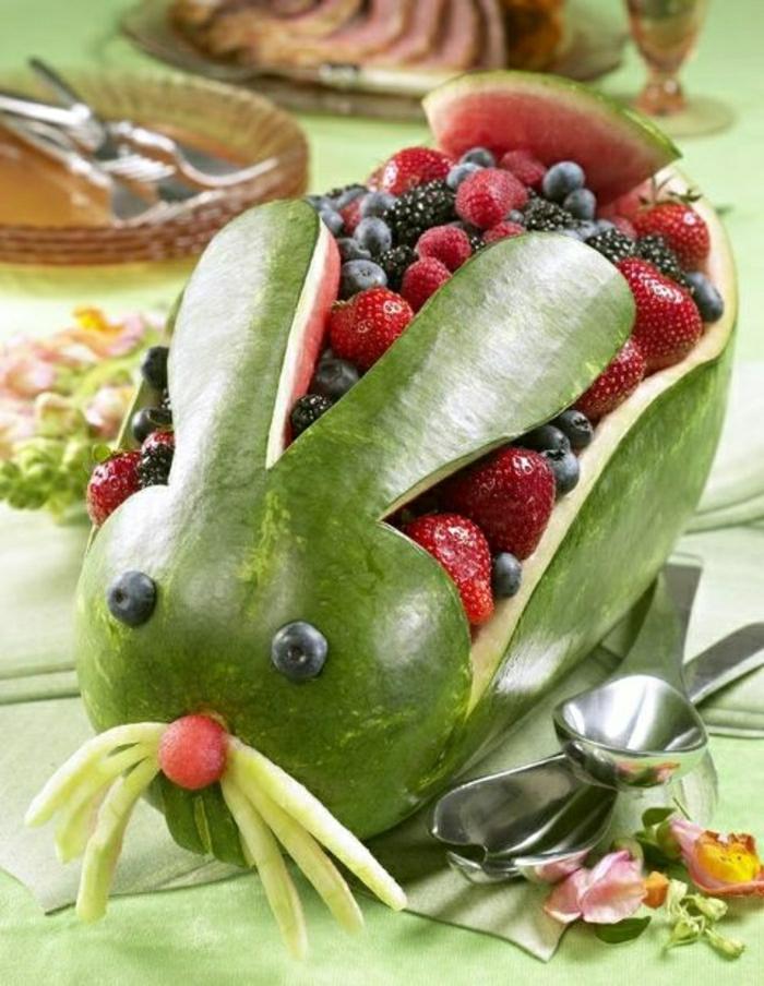 lustiges-Essen-Kindergeburtstag-Hase-Wassermelone-Erdbeeren-Brombeeren-Blaubeeren