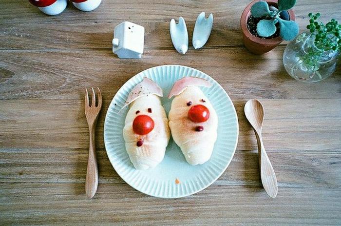 lustiges-Kindergeburtstag-Essen-kleine-dekorierte-Kipfel-Kirschen