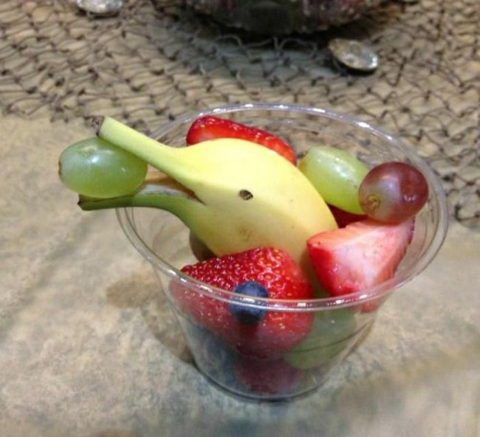 lustiges-Essen-süß-Früchte-Delphin-Banane-Erdbeeren-Blaubeeren-Trauben