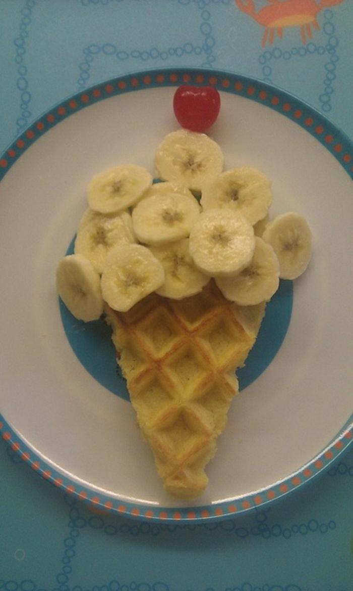 lustiges-Kindergeburtstag-Essen-Eis-Kirsche-Bananen