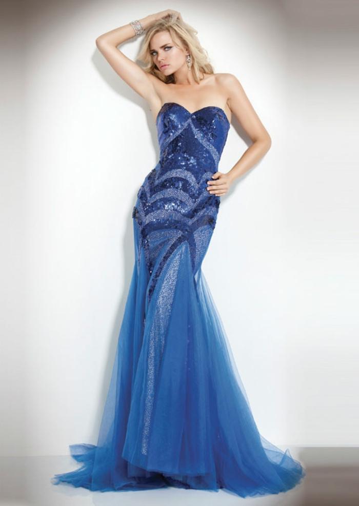 luxus-abendkleider-blaues-modell-weißer-hintergrund