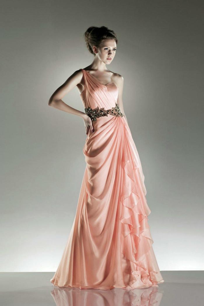 luxus-abendkleider-kreatives-modell-pfirsichfarbe