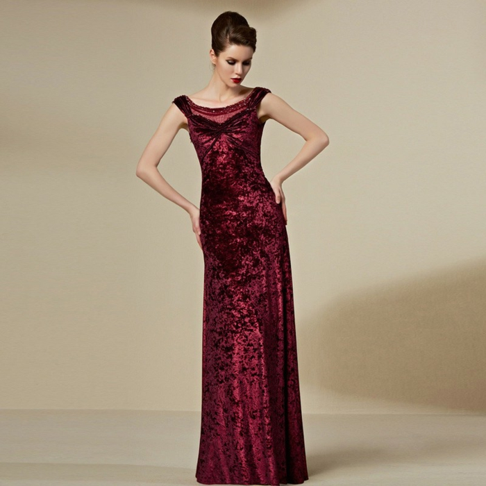 luxus-abendkleider-super-modell-in-dunkel-rot