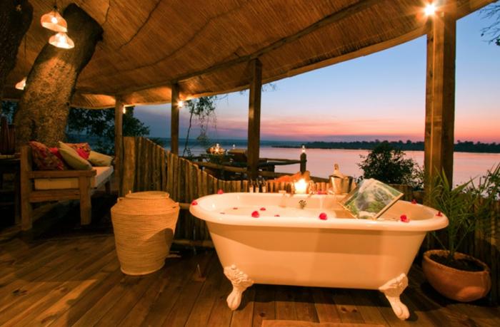 luxus-baumhaus-freistehende-badewanne