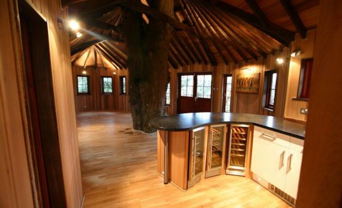luxus-baumhaus-interessant-ausgestattet