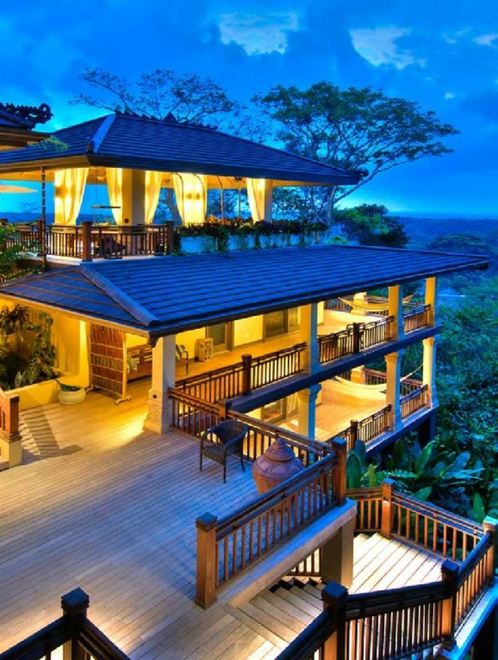 luxus-baumhaus-interessante-beleuchtung-blauer-himmel