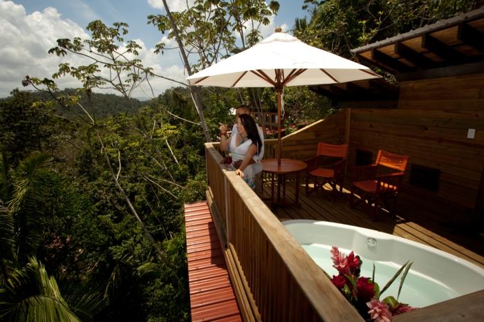 luxus-baumhaus-schöner-weißer-sonnenschirm