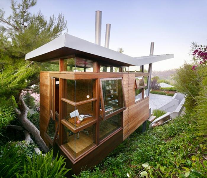 luxus-baumhaus-tolles-modell-auf-dem-grünen-gras