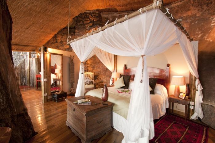 luxus-baumhaus-weiße-vorhänge-romantisches-ambiente