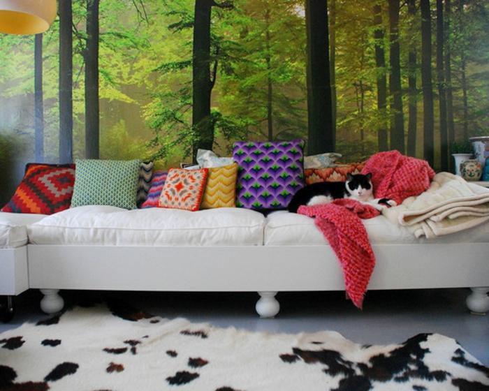 luxus-tapeten-weißes-sofa-mit-dekokissen